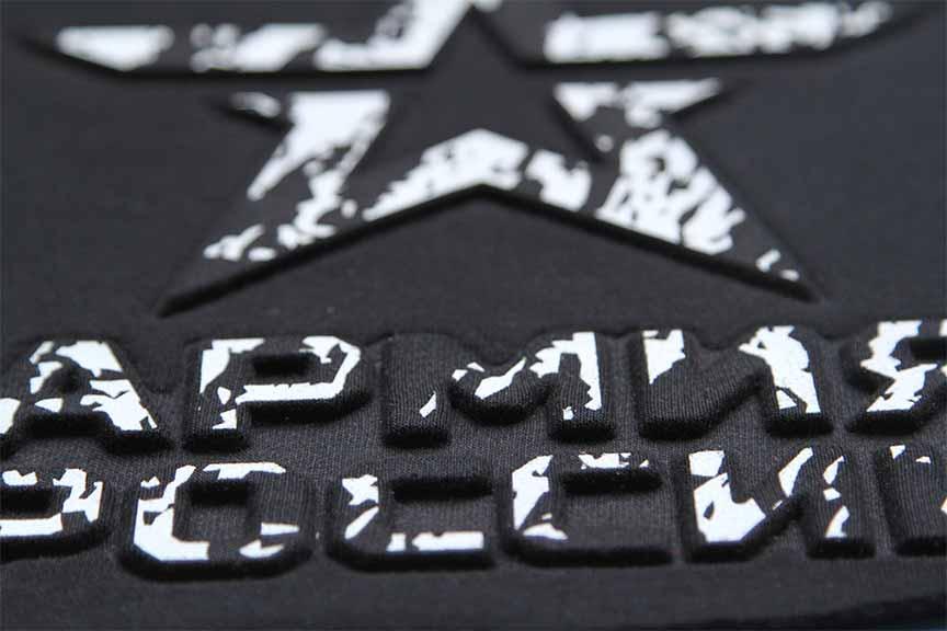 Принт на черной футболке